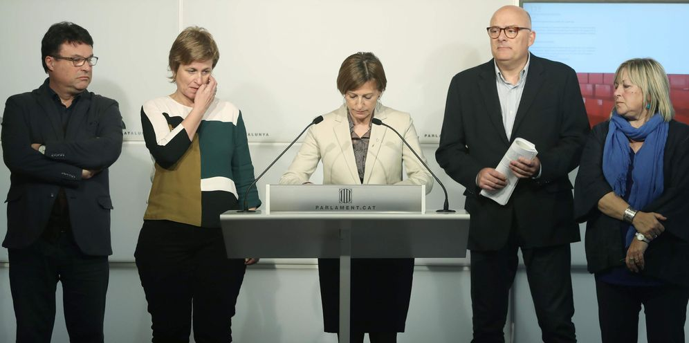 Foto: La expresidenta del Parlament Carme Forcadell (c), junto a los exmiembros la Mesa Joan Josep Nuet (i), Anna Simó (2i), Lluís Corominas (2d) y Ramona Barrufet (d). (EFE)