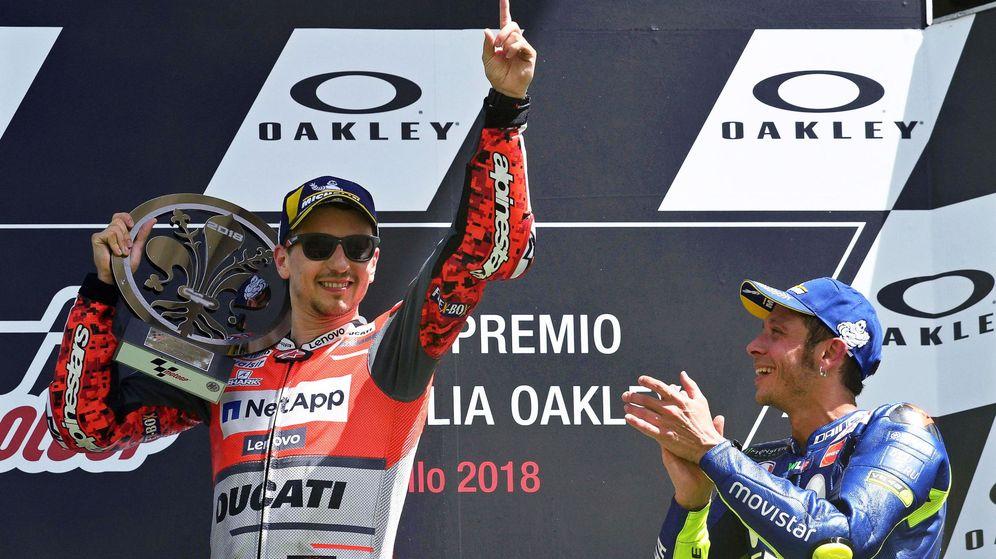 Foto: Jorge Lorenzo, en lo más alto del podio italiano, aplaudido por Rossi. (EFE)