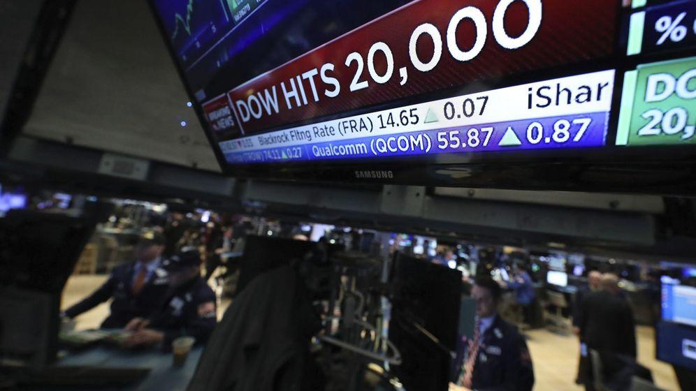 Foto: Agentes de bolsa en el parqué de Nueva York el día que el Dow Jones tocó los 20.000 puntos por primera vez. (EFE)