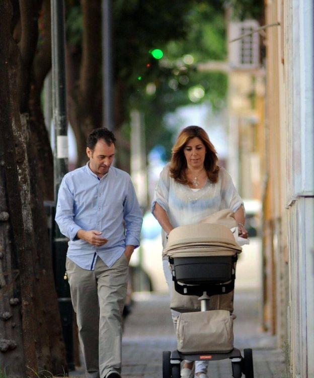 Foto: José María Moriche y Susana Díaz, paseando a su hijo. (Cordon Press)