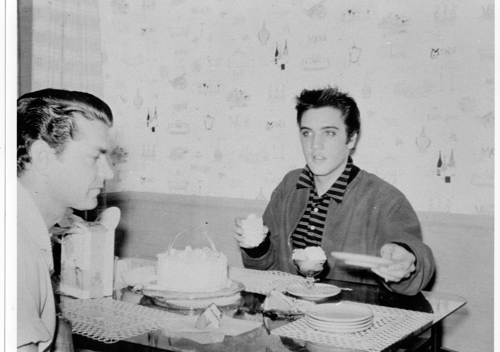 Foto: Elvis Presley y Sam Phillips en Memphis en 1956 (Colin Escott/Michael Ochs Archives/Getty Images)
