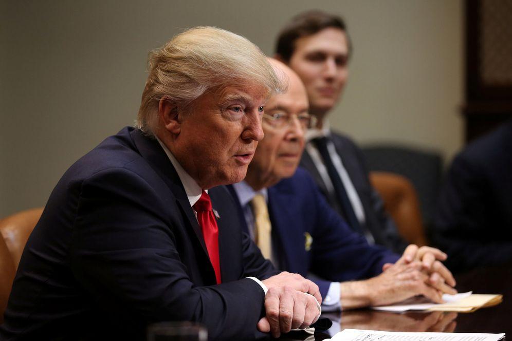 Foto: Trump, con Ross y Kushner, durante una reunión. (Reuters)