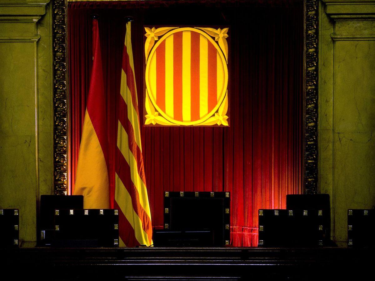Foto: Vista de la mesa presidencial del hemiciclo del Parlament de Cataluña. (EFE)