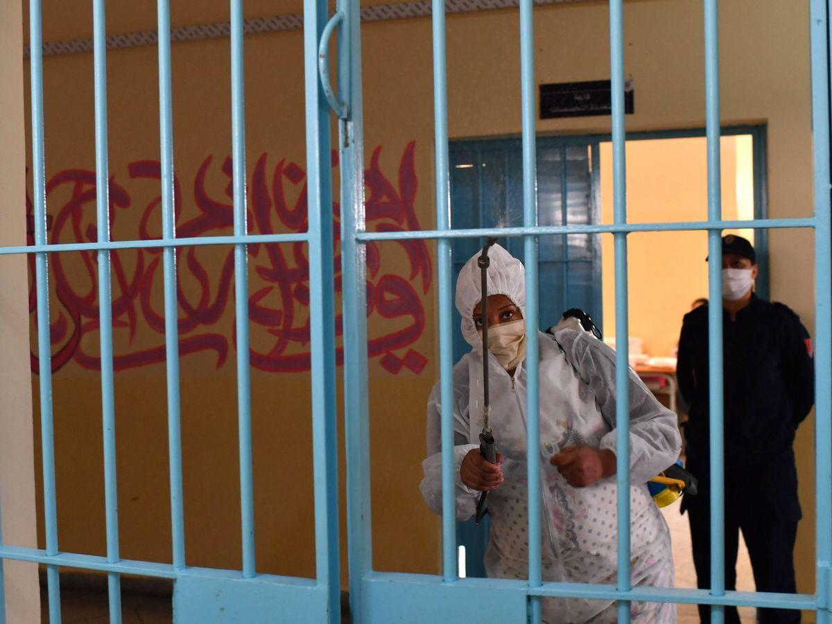 Foto: Un preso desinfecta una puerta en una cárcel de Marruecos. (Reuters)