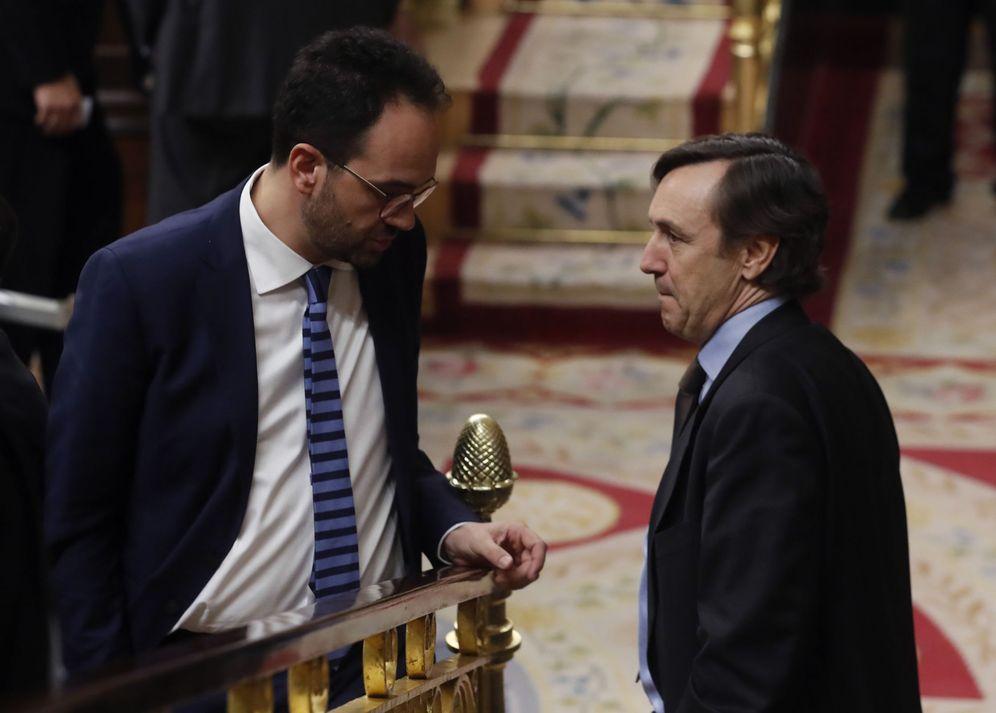 Foto: Los portavoces parlamentarios de PSOE y PP, Antonio Hernando y Rafa Hernando, este 22 de febrero en el pleno del Congreso. (EFE)