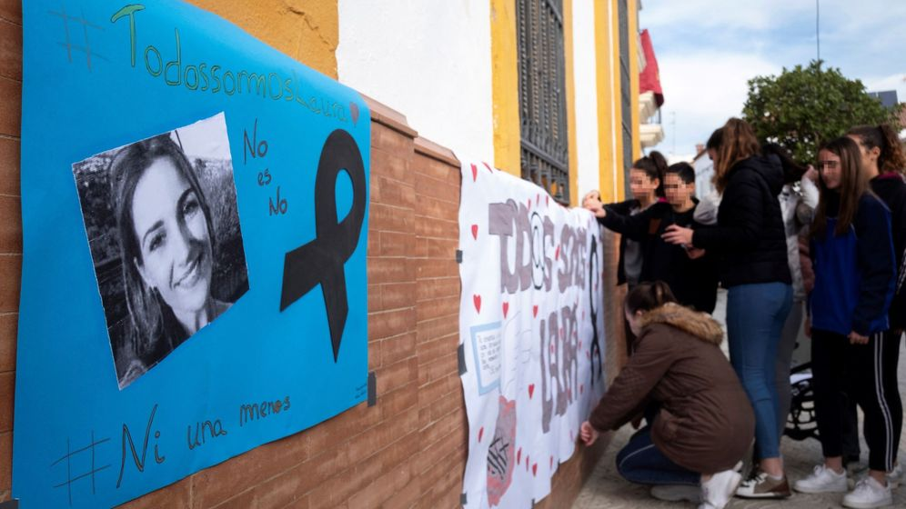 Foto: Jóvenes del instituto de la localidad onubense de Zalamea la Real colocan carteles realizados por ellos mismos en repulsa por la muerte de la joven zamorana Laura Luelmo. (EFE)