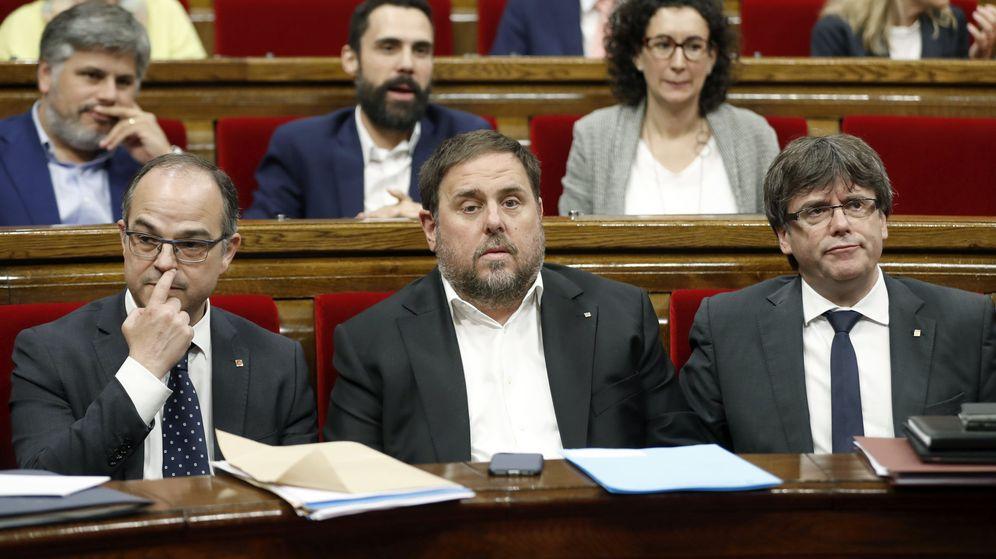 Foto: El presidente de la Generalitat, Carles Puigdemont, junto a Oriol Junqueras y Jordi Turull. (EFE)