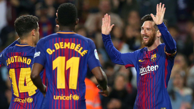 Messi saluda a Dembélé y Coutinho, los fichajes más caros de la historia del club. (Reuters)