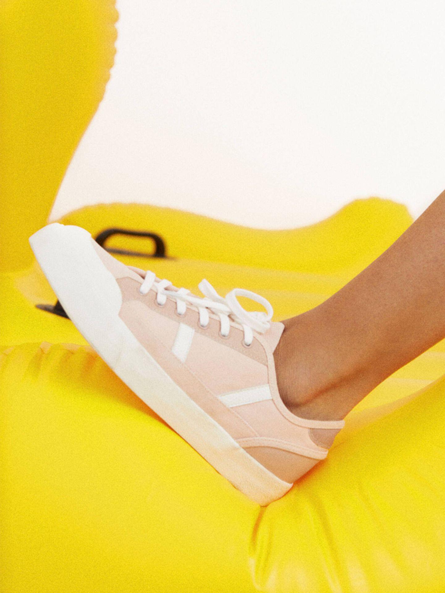 Zapatillas deportivas de las novedades de Parfois. (Cortesía)