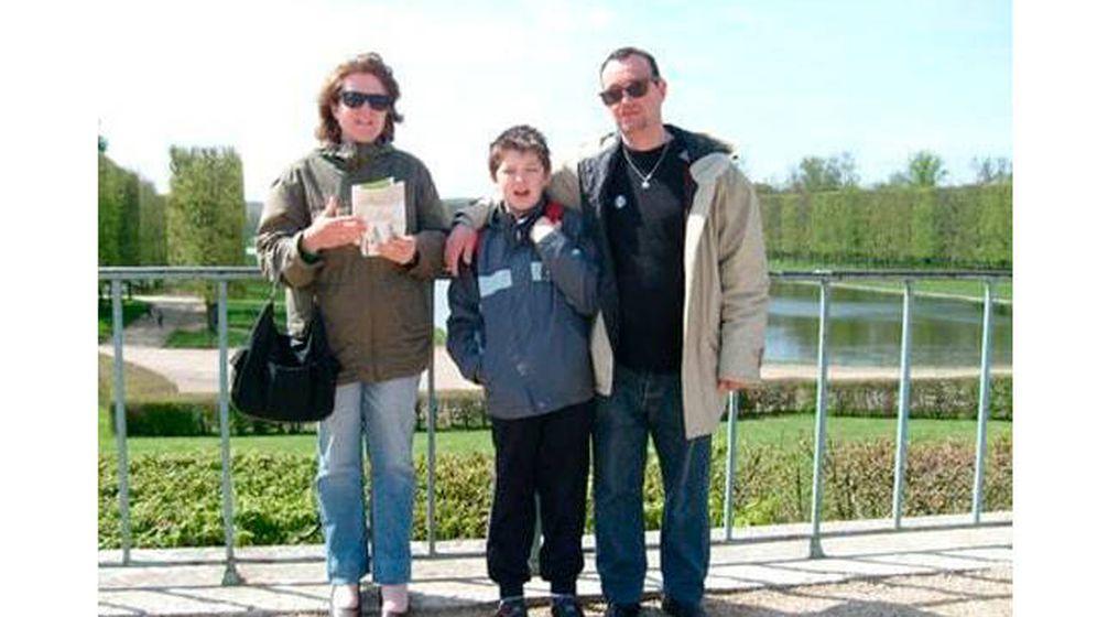 Foto: Pascal y Brigitte Troadec, junto a su hijo Sébastien hace varios años. ('Le Parisien')