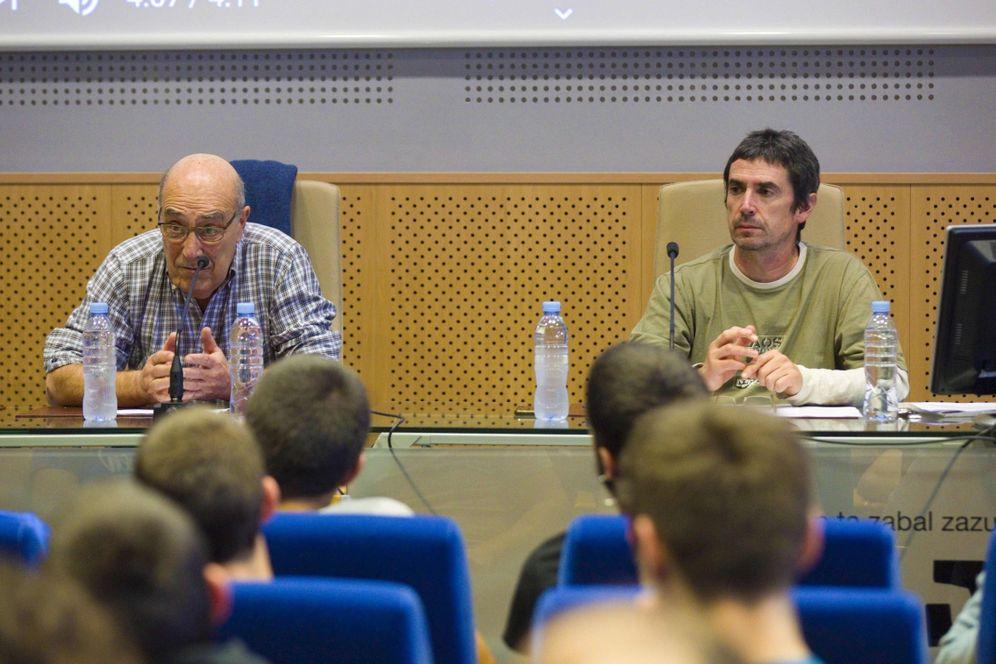 Foto: López de Abetxuko, a la izquierda, y Txema Matanzas, durante la charla en el campus de Vitoria de la UPV-EHU. (EFE)