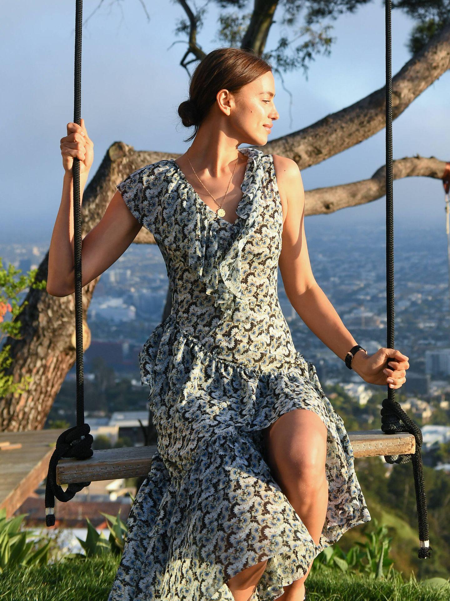 Irina Shayk con el vestido de flores más bonito del momento. (Cortesía)