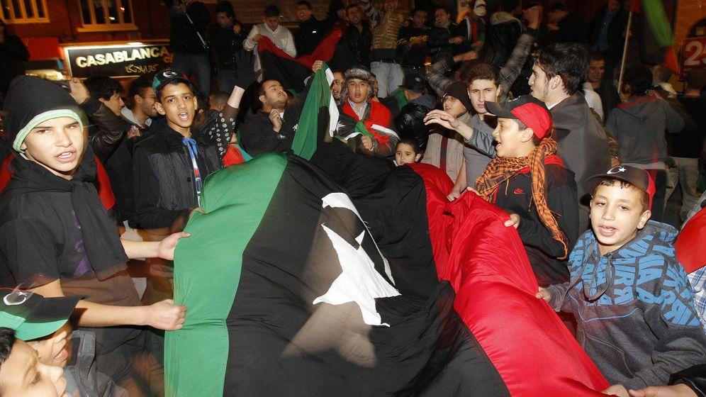 Foto: Miembros de la comunidad islámica de Mánchester celebran la muerte de Gadafi, el 20 de octubre de 2011. (Reuters)