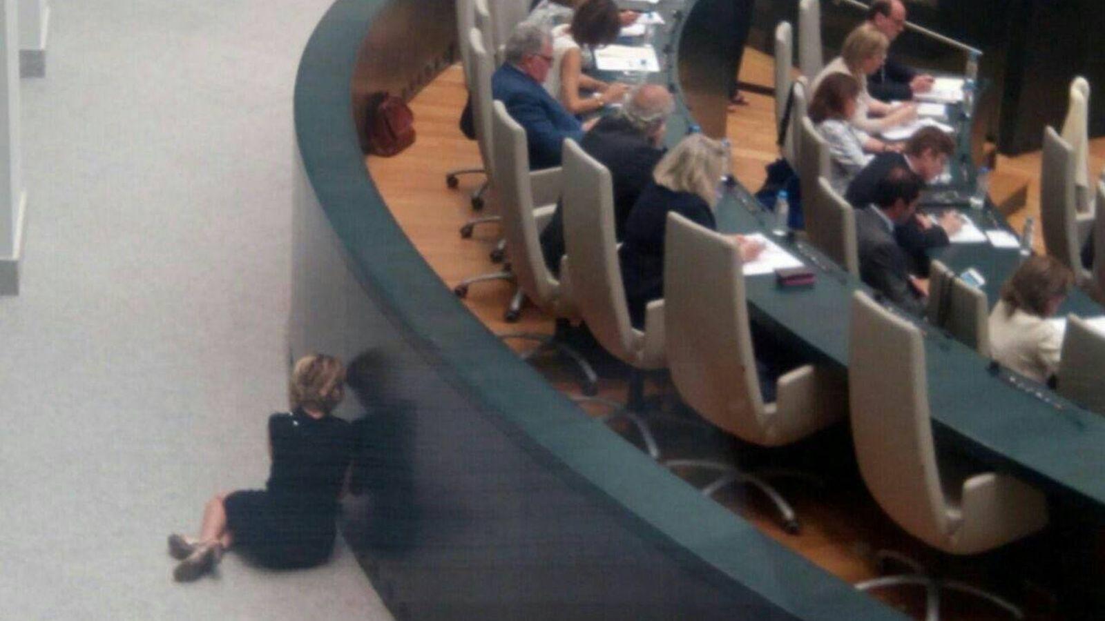 Foto: Aguirre, en el suelo del Ayuntamiento de Madrid hablando por teléfono (Twitter/@AhoraCLineal)