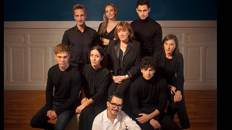Manolo Caro, sentado, junto al equipo artístico de la serie. (Netflix)