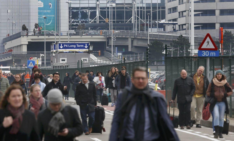 Foto: Personas abandonan la escena de las explosiones en el aeropuerto de Zaventem, cercano a Bruselas, el 22 de marzo de 2016 (Reuters).