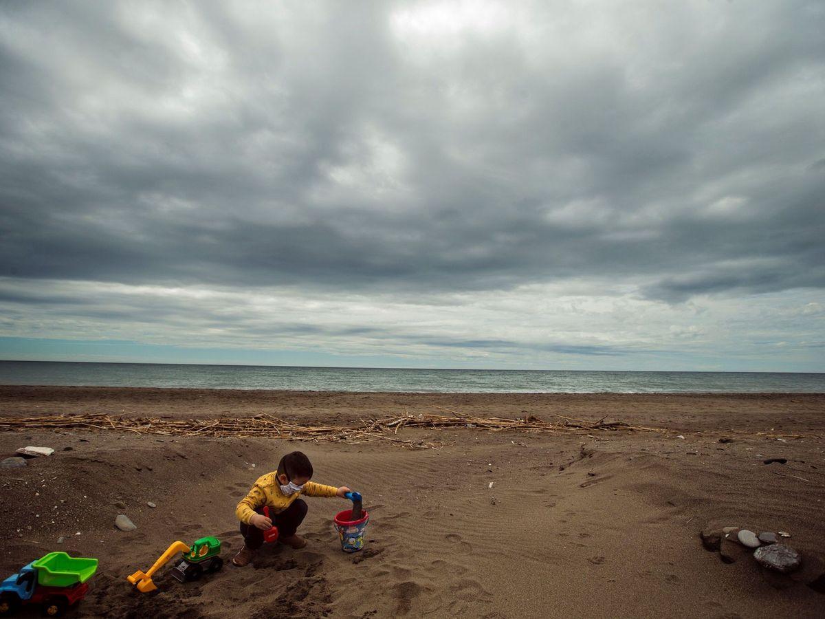Foto: Un niño juega en la playa de Torre de Benagalbón en Rincón de la Victoria (Málaga). (EFE)