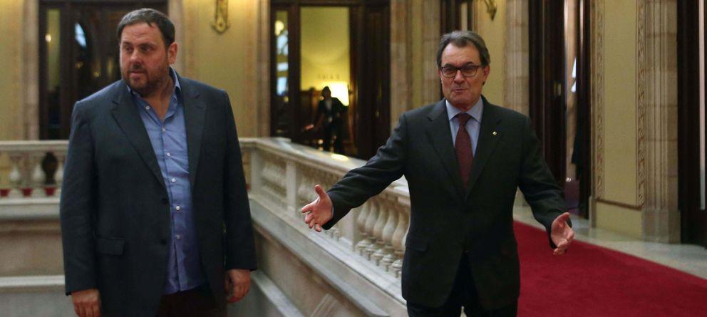 Foto: El presidente de la Generalitat, Artur Mas (d,) recibe al líder de ERC, Oriol Junqueras (i), en el Parlament (Efe)