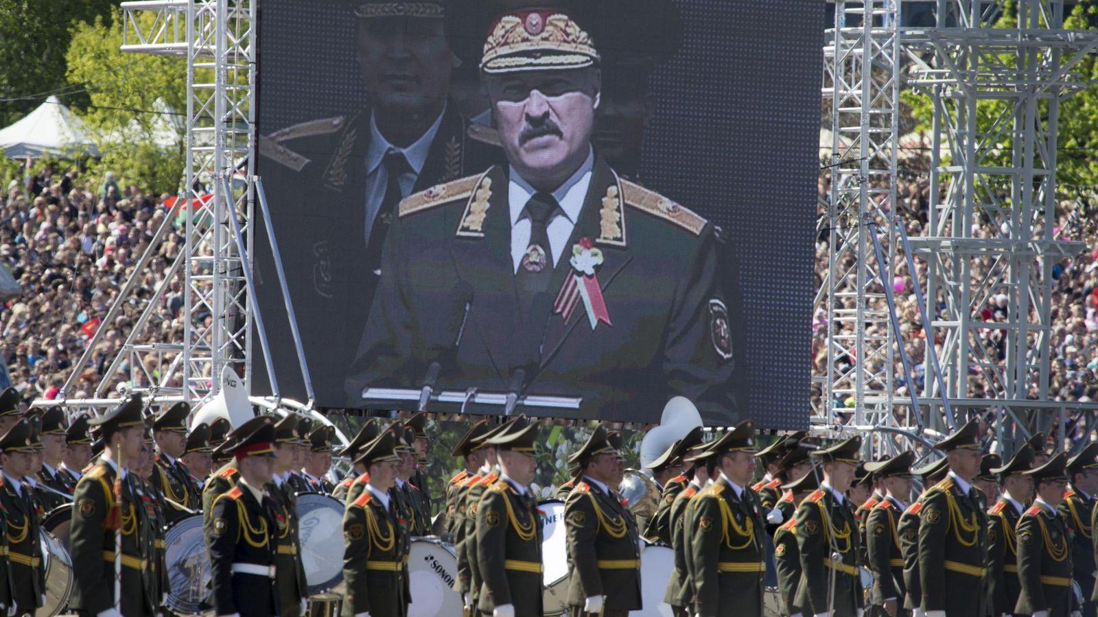 Foto: Una imagen del presidente Alexander Lukashenko es proyectada en una pantalla durante el Día de la Victoria en Minsk, el 9 de mayo de 2015. (Reuters)