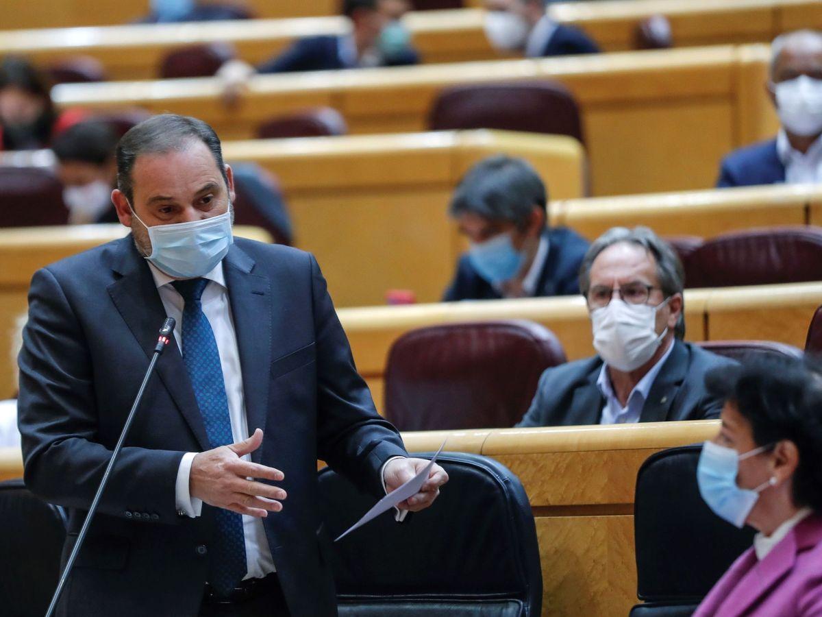 Foto: El ministro de Transportes, Movilidad y Agenda Urbana, José Luis Ábalos (izda), interviene durante una sesión de control al Gobierno en el Senado. (EFE)