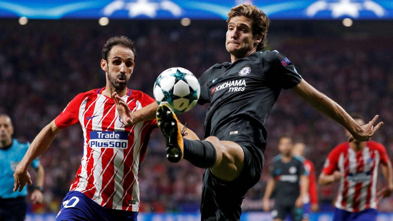 Marcos Alonso pelea un balón contra Juanfran. (EFE)