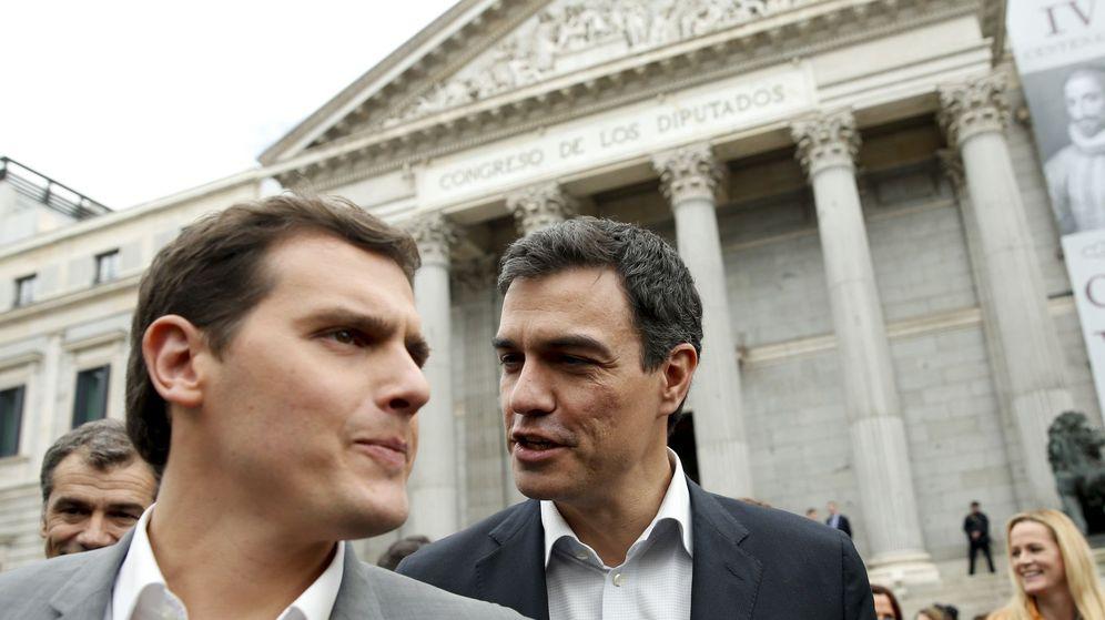 Foto: El secretario general del PSOE, Pedro Sánchez (d), y el líder de Ciudadanos, Albert Rivera. (EFE)