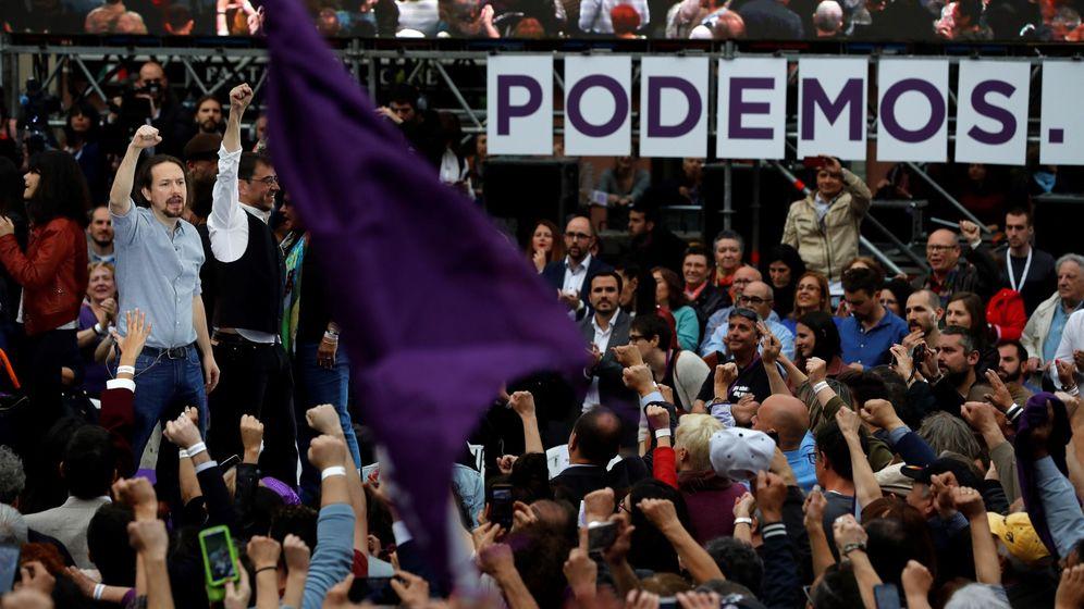 Foto: El secretario general de Podemos, Pablo Iglesias (i), junto al cofundador del partido, Juan Carlos Monedero (2i), durante el acto con el que Podemos inicia su campaña electoral. (EFE)