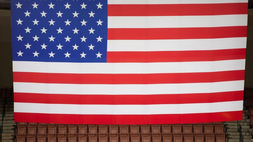 Foto: Bandera estadounidense en una imagen de archivo en un mitin de Trump. (Reuters)