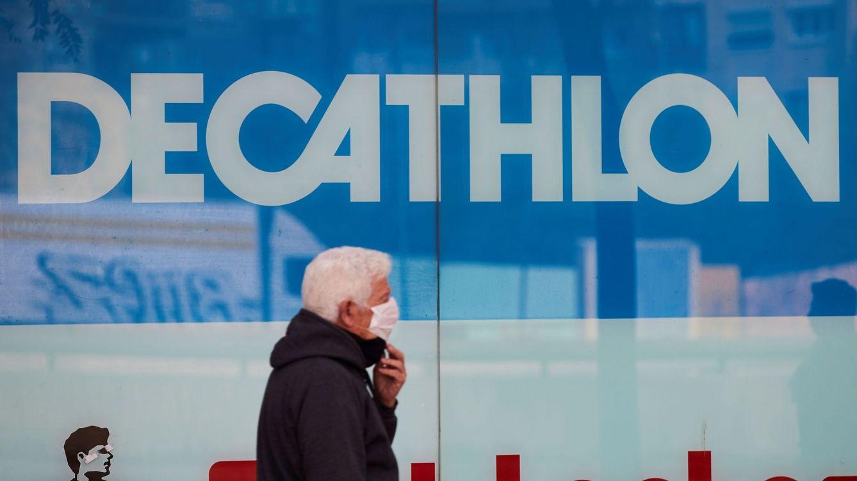 Foto: Un hombre pasa junto a una tienda de Decathlon. (EFE)