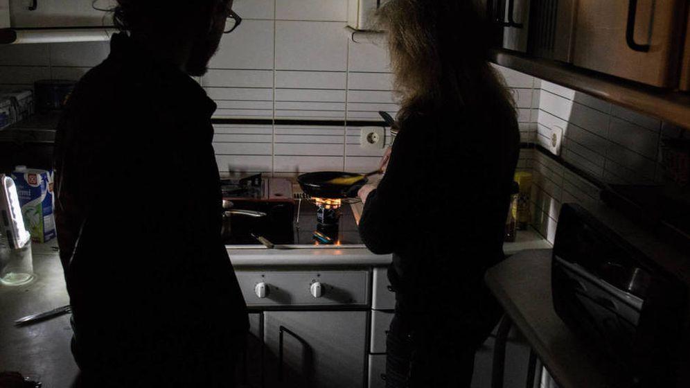 Foto: Pilar y José preparan su exigua cena en la penumbra.