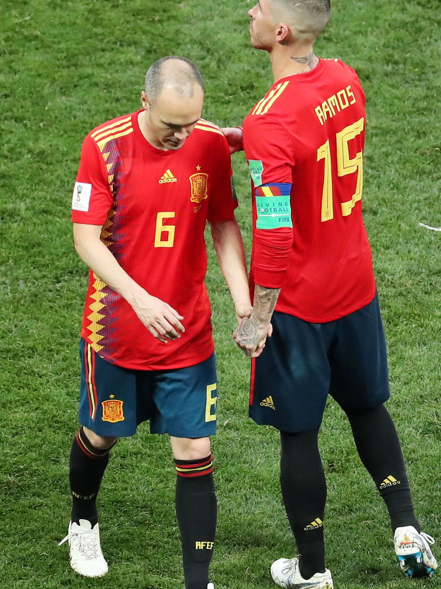 Iniesta se marcha cabizbajo consolado por Sergio Ramos. (EFE)