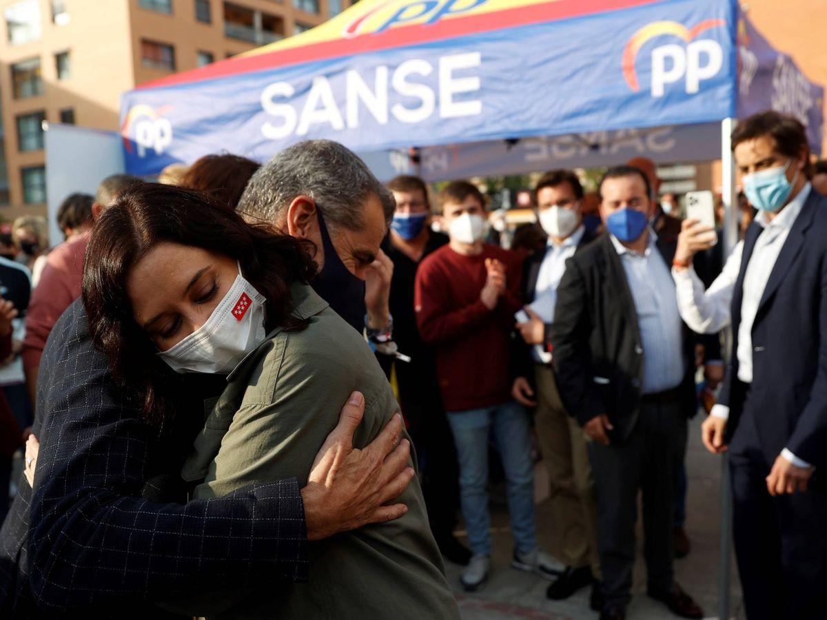 Foto: Isabel Díaz Ayuso abraza a Toni Cantó. (EFE)