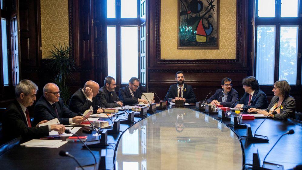 Foto: El presidente del Parlament, Roger Torrent (4d), preside la reunión de la Mesa. (EFE)
