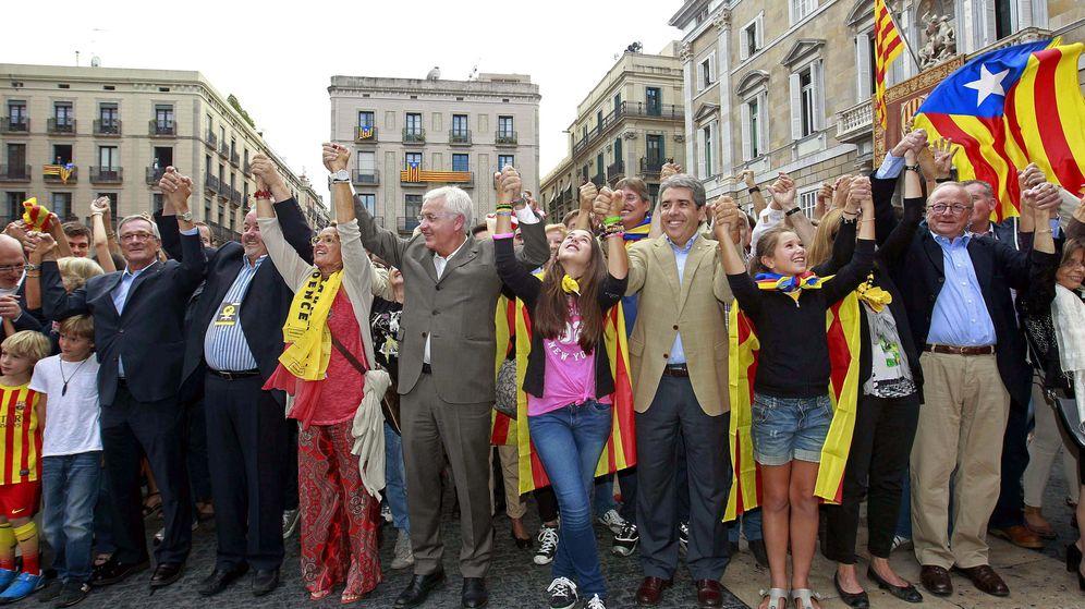 Foto: Mascarell (centro), en una cadena humana por la independencia (EFE)