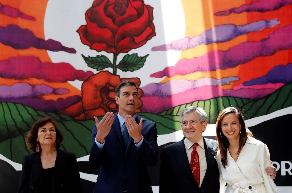 Foto: Pedro Sánchez, con Carmen Calvo, Enrique Barón y Beatriz Corredor, en la exposición '140 años de progreso', por los 140 años de vida del PSOE, este 5 de junio. (EFE)
