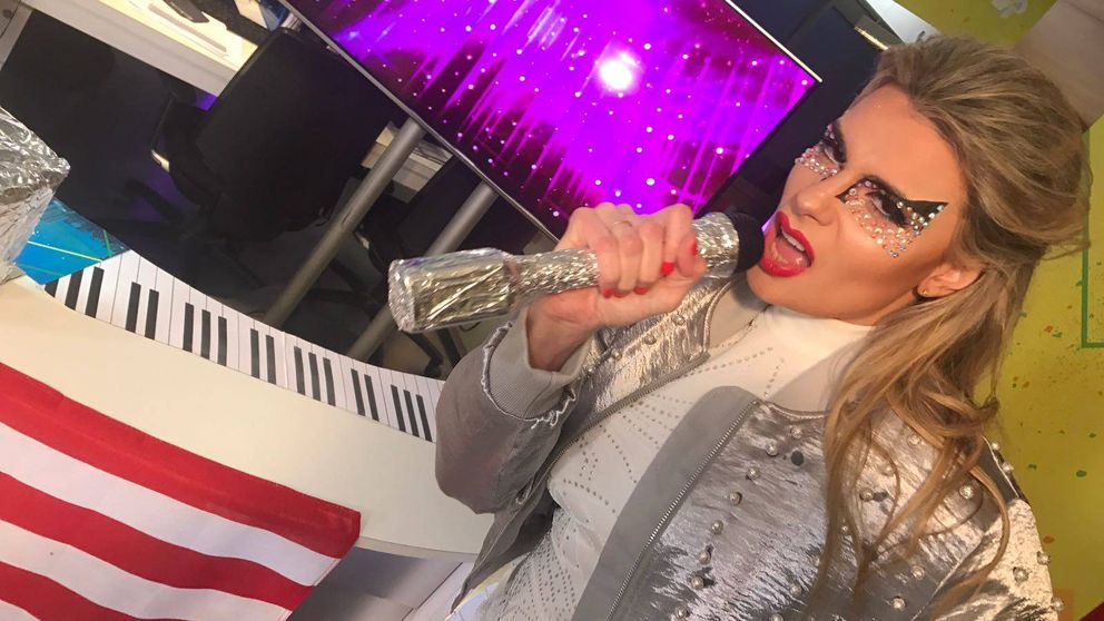 María Lapiedra muestra las bragas al parodiar a Lady Gaga en 'Cazamariposas'