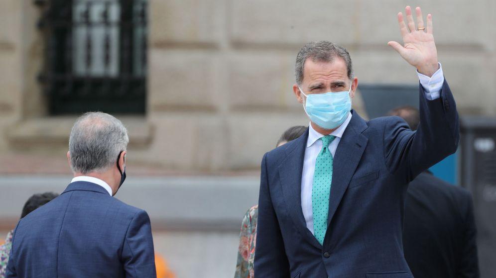 Foto: Felipe VI saluda durante su visita a Bilbao. (EFE)