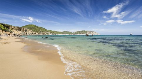 Encuentran un cadáver con neopreno en una playa de Ibiza tras permanecer días en el mar