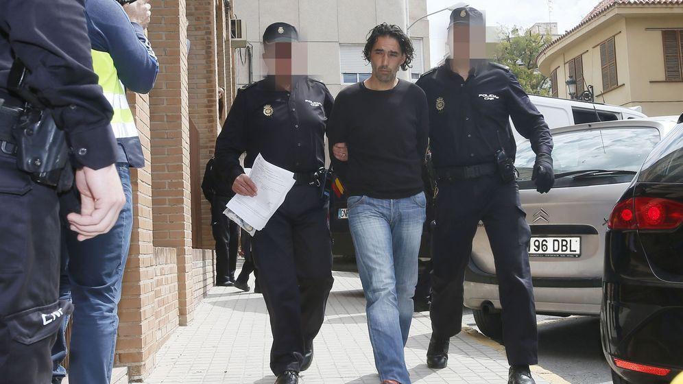 Foto: El entrenador del Eldense, Fran Ruiz, conducido a los juzgados de Elda donde declara por un posible delito de amaño del partido Eldense-Barcelona.