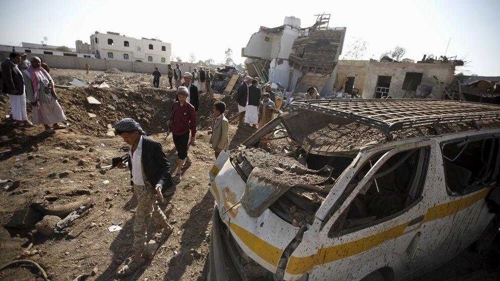 Foto: Yemeníes en el escenario de un ataque aéreo saudí en la capital del país, Saná, el 6 de enero de 2016 (Reuters).
