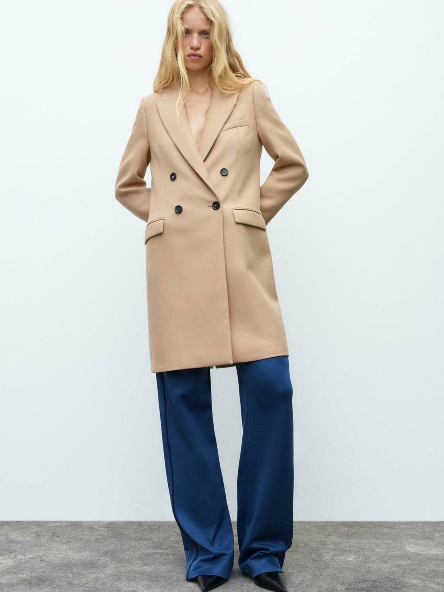 Abrigo clásico de entretiempo de Zara. (Cortesía)