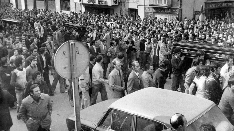 Foto: Cortejo fúnebre de las víctimas de los 'sucesos de Vitoria' (1976), sobre los que se desclasificarían los documentos secretos. (EFE)