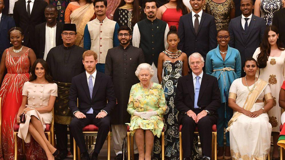 Foto: Meghan, Harry y la reina Isabel, en los premios. (Cordon Press)