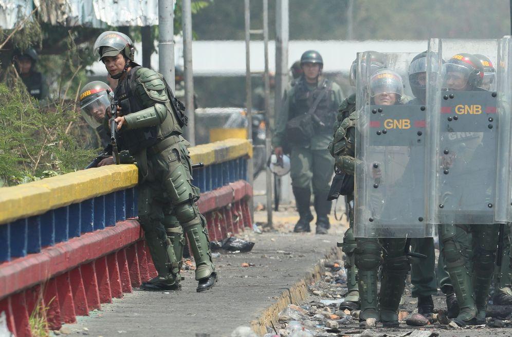 Foto: Miembros de la Guardia Nacional Bolivariana (GNB) de Venezuela montan guardia este domingo en el lado venezolano del puente Francisco de Paula Santander. (EFE)