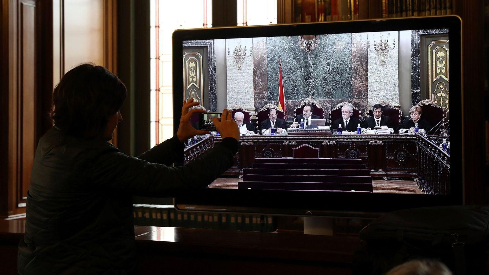 Foto: Vista de un monitor de la sala de prensa durante la vista por las cuestiones previas del caso del 'procés'. (EFE)