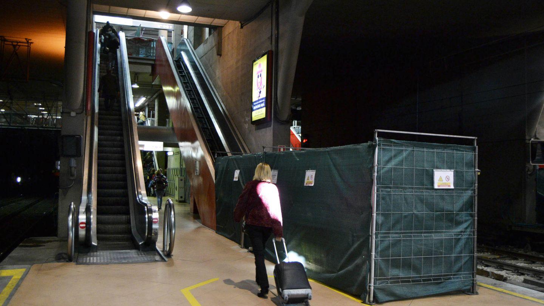 Los viajeros suben las escaleras a pie, a la espera de que Renfe inicie el mantenimiento. (M.Z.)