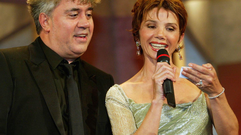 Victoria, con uno de sus directores fetiche, Almodóvar. (Getty)
