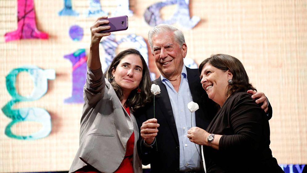 Foto: Vargas Llosa posa junto a la periodista cubana Yoani Sánchez y la periodista peruana Rosa María Palacios en el Hay Festival en Arequipa. (EFE)