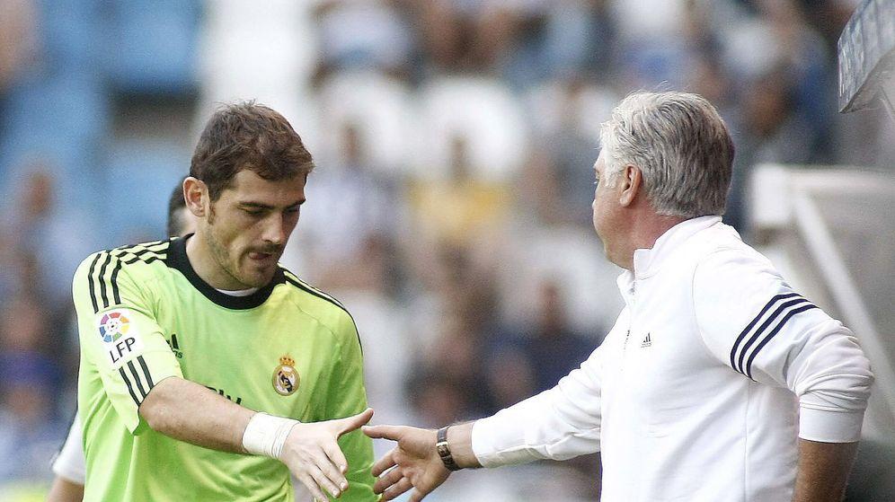 Foto: Iker Casillas saludando a Carlo Ancelotti.