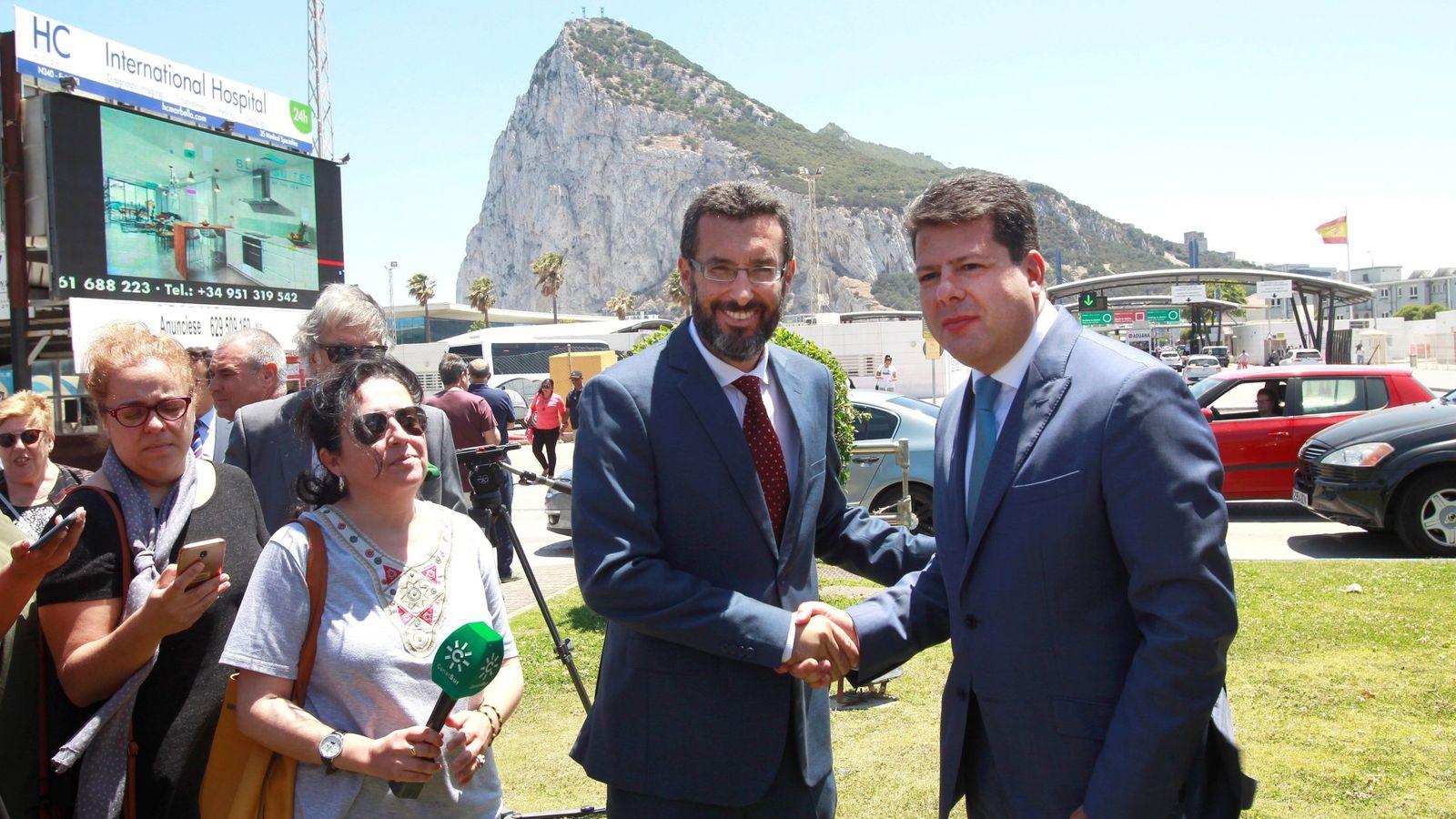Foto: El alcalde en funciones de La Línea de la Concepción (Cádiz), Juan Franco (i), y el ministro principal de Gibraltar, Fabian Picardo. (EFE)